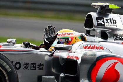 Lewis Hamilton peale ajasõidu võitu lehvitamas