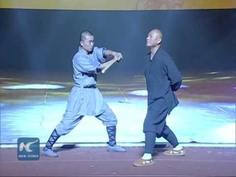 Shaolini munk purustab kaelaga puust keppe