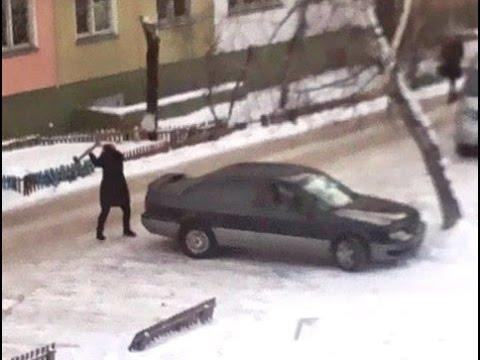 Venelanna peksab suurest vihast kirvega eks-mehe autot