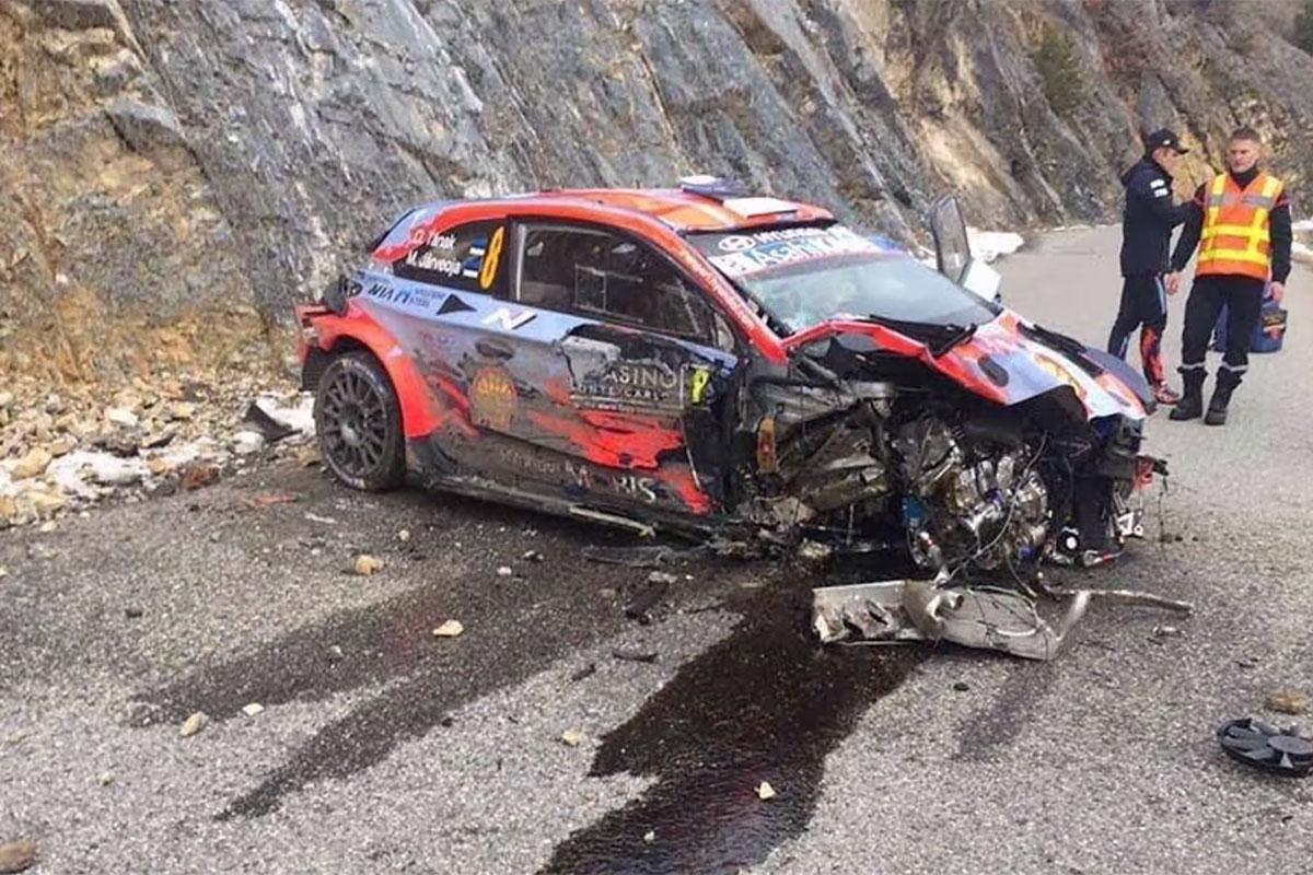 Tänak tegi suurel kiirusel avarii ja katkestas, rallit asus juhtima Ogier